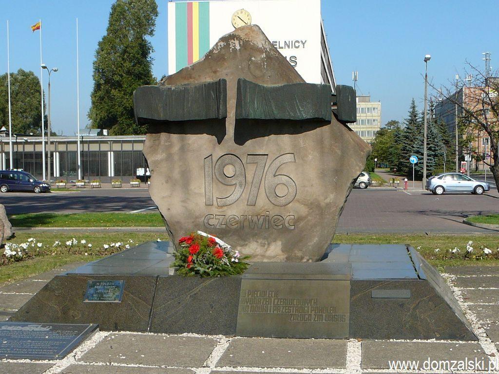 Pomnik Czerwca 76 przed dawnym budynkiem dyrekcyjnym ZPC Ursus, obecnie będącym siedzibą Urzędu Dzielnicy Ursus m.st. Warszawy. Pomnik projektował Leszek Nadstawny.